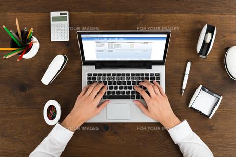Businessperson Banking Online On Laptopの写真素材 [FYI00664187]