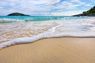 Beach and waves at Similan National Park in Thailandの写真素材 [FYI00664273]