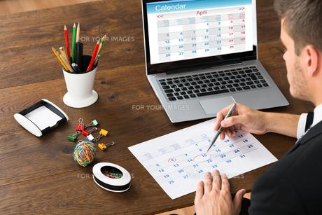 Businessman Marking Date On Calendarの写真素材 [FYI00664274]