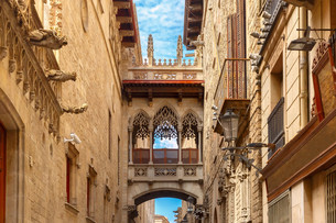 Carrer del Bisbe in Barcelona Gothic quarter, Spainの写真素材 [FYI00664292]