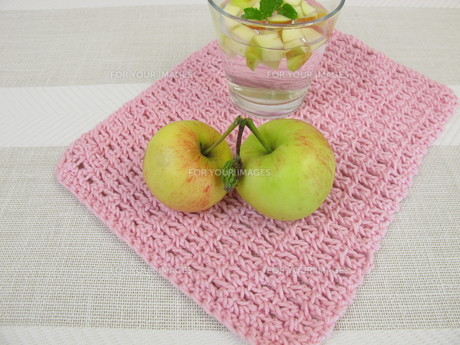 flavoured water - agua fresca with apple and mintの素材 [FYI00664316]