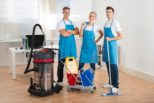Janitors With Vacuum Cleaner And Cleaning Equipmentsの写真素材 [FYI00664349]