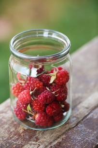 Jar of raspberriesの写真素材 [FYI00664439]