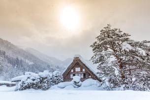 Shirakawago with Sun Snowの写真素材 [FYI00664465]