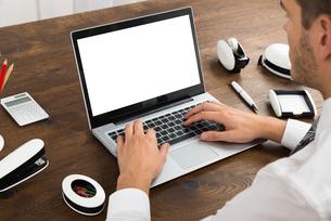 Businessperson Working On Blank Display Laptopの写真素材 [FYI00664514]