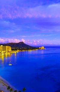 ハワイ ワイキキビーチの夕景の写真素材 [FYI00664631]