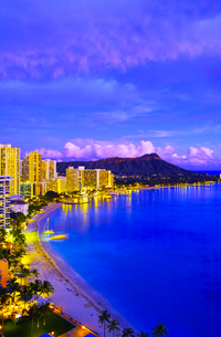 ハワイ ワイキキビーチの夕景の写真素材 [FYI00664633]
