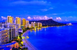 ハワイ ワイキキビーチの夕景の写真素材 [FYI00664634]