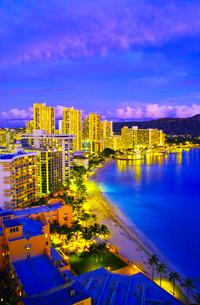 ハワイ ワイキキビーチの夕景の写真素材 [FYI00664635]