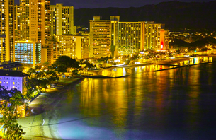 ハワイ 夜のワイキキビーチの写真素材 [FYI00664638]