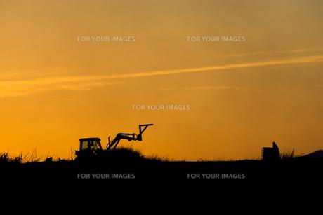夕暮れの農作業の写真素材 [FYI00664989]