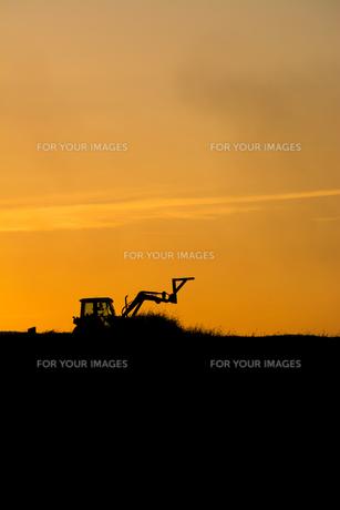 夕暮れの農作業の写真素材 [FYI00664991]