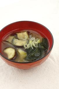 茄子の味噌汁 家庭の味の写真素材 [FYI00665025]