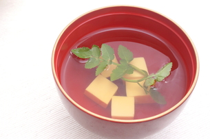 芹とお豆腐のお吸い物の写真素材 [FYI00665101]