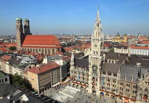 marienplatz munich - new town hall and frauenkircheの写真素材 [FYI00665236]