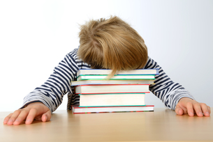 boy is sleeping on his booksの素材 [FYI00665329]