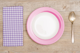 plate,spoon and napkin on woodenの写真素材 [FYI00665387]