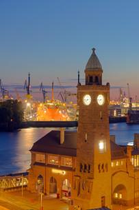 tower at the harbor in hamburgの写真素材 [FYI00665704]