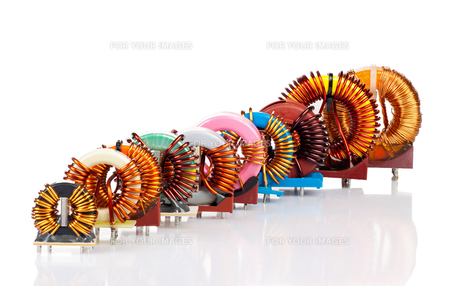 many,different,choice,colorful,coil,copper,cable,coil core,toroidal,wrapped,copper wire,choke,inductance,electrical engineering,electronics,component,industrial,technical,gegegenstand,object,isolated,cut,white background,studiの素材 [FYI00665900]