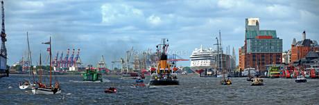 vessel traffic in the port of hamburgの写真素材 [FYI00665901]