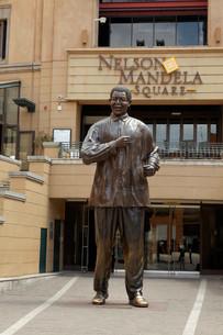 nelson mandela statue at nelson mandela square,johannesburgの写真素材 [FYI00666516]