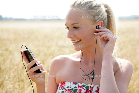 listen young attractive woman in musicの写真素材 [FYI00667075]