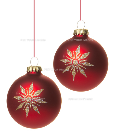 red christmas baubles with white star hanging isolated with white backgroundの写真素材 [FYI00667147]
