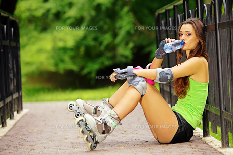 woman roller skating sport activity in parkの素材 [FYI00667188]