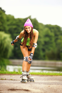 woman roller skating sport activity in parkの写真素材 [FYI00667194]