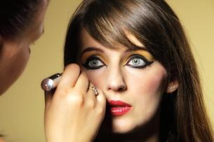 make up artist applying makeup oriental easternの写真素材 [FYI00667196]