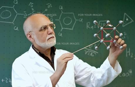laboratory staff shows moleculesの写真素材 [FYI00667468]