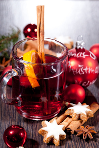 hot aromatic mulled wine punch with orange and cinnamonの写真素材 [FYI00667612]
