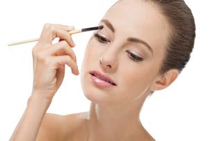 eye makeup with brown eyeshadow portraitの写真素材 [FYI00667660]