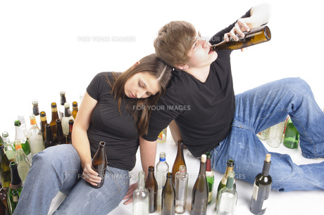 two teenagers drinkingの素材 [FYI00667710]