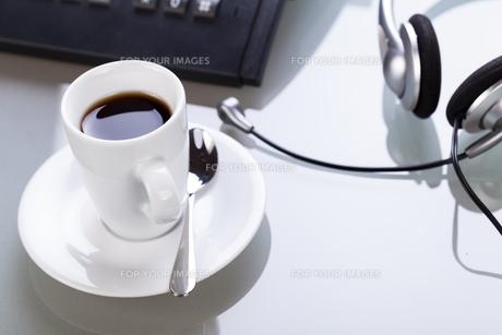 coffee break at desk with headset arbetsplatzの写真素材 [FYI00667724]