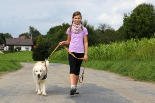 girl walking with dog walkiesの写真素材 [FYI00667746]
