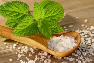 bath salt with lemon balmの写真素材 [FYI00667757]