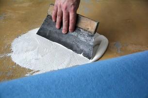 a floorlayer when applying adhesiveの写真素材 [FYI00667760]