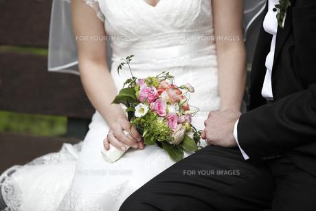 sitting newlywedsの写真素材 [FYI00667906]