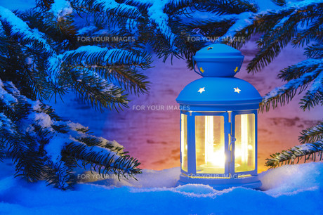 romantic lantern with candle in the snow at christmasの写真素材 [FYI00667962]