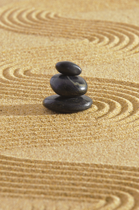 japanese zen garden with stacking stones in sandの写真素材 [FYI00667966]