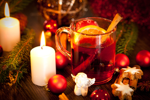 hot aromatic mulled wine punch with orange and cinnamonの写真素材 [FYI00668488]