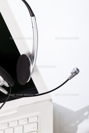 headset and laptop notebook on the desk in officeの写真素材 [FYI00668507]