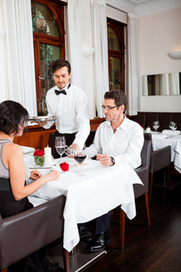 woman and man having dinner in restaurantの写真素材 [FYI00668518]