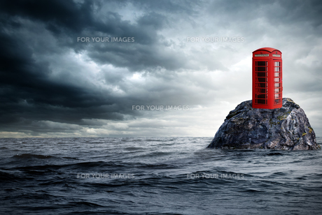 red telephone box in lonely oceanの写真素材 [FYI00668663]