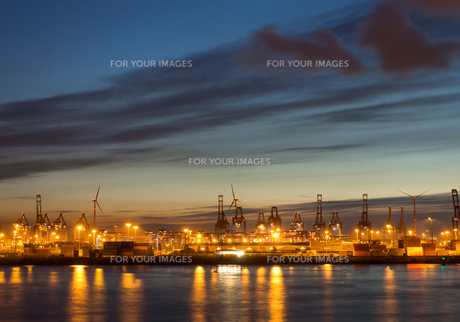 cranes and containers in hamburgの写真素材 [FYI00668825]