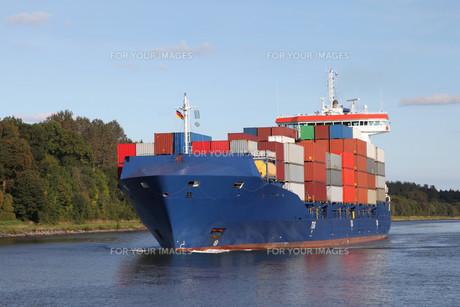 cargo ship on the kiel canalの素材 [FYI00668932]