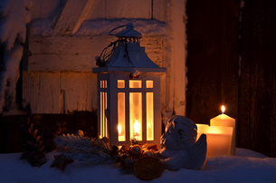 lantern in the snow peaceful christmasの写真素材 [FYI00669280]