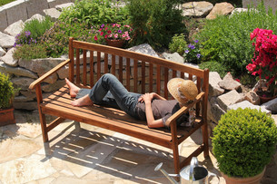 relaxing on a garden benchの写真素材 [FYI00669292]