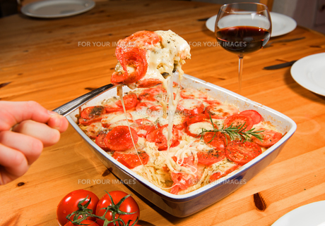 casserole with tomato and cheeseの写真素材 [FYI00670623]